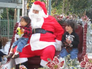 """Jediah and Jasiyah Rosales got the best seat in the house -- and a photo to boot -- at the """"Chistmas in the Park event."""